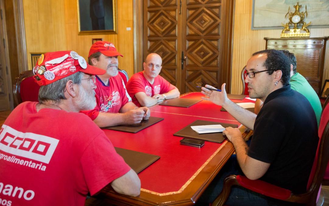 Miembros del grupo municipal de Zaragoza en Común se reúnen con los trabajadores de Coca Cola en Lucha
